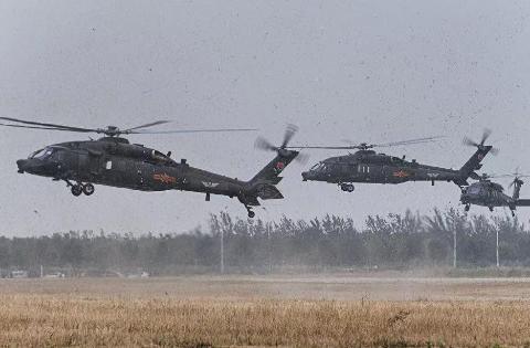 直20能改成重型武装直升机吗?黑鹰早做过试验,这是常规操作