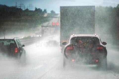 高速上遇到大暴雨,怎样处理才安全?老车主教你几招!