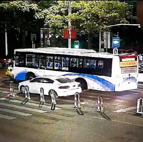突发!泉州丰泽街:两女子骑车闯红灯,被压公交车底!30多人冲了过去……