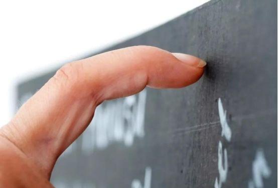 为什么人类听到手指甲划黑板的声音会很难受?