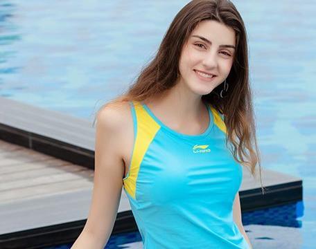 巴厘岛偶遇欧美名模,身穿时尚运动泳装,精致的脸庞很迷人