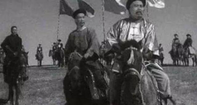 他是晚清名将,与曾国藩齐名,受三任皇帝信任,最终却被小兵斩杀