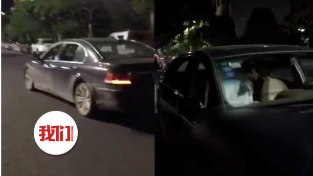 广西宝马车内男女行为不雅 交警:违法停车已处罚