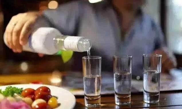 """我们也是经常会听到别人说:""""喝杯白酒,交个朋友"""""""