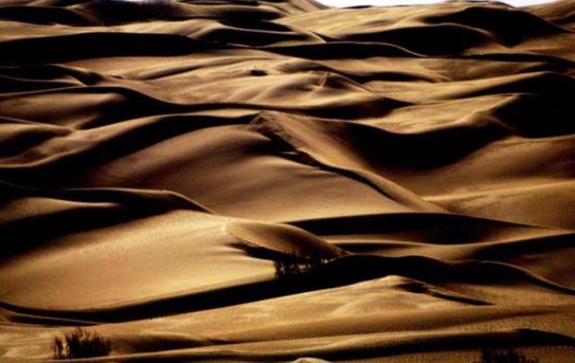 """中国沙漠下面发现""""海洋"""",面积是美国五大湖的10倍,能直接饮用"""