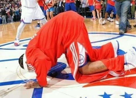 NBA经典瞬间,韦德给膝盖敬酒,罗斯50分后泪目,总有一次触动你