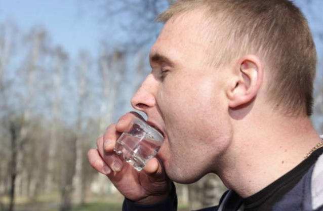 俄罗斯人也是嗜酒如命,为何看到中国白酒就认怂?原因扎心了
