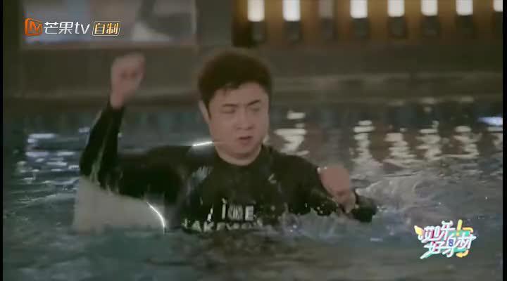 乔杉版美人鱼上线 水上运动用力扑腾教练很无奈