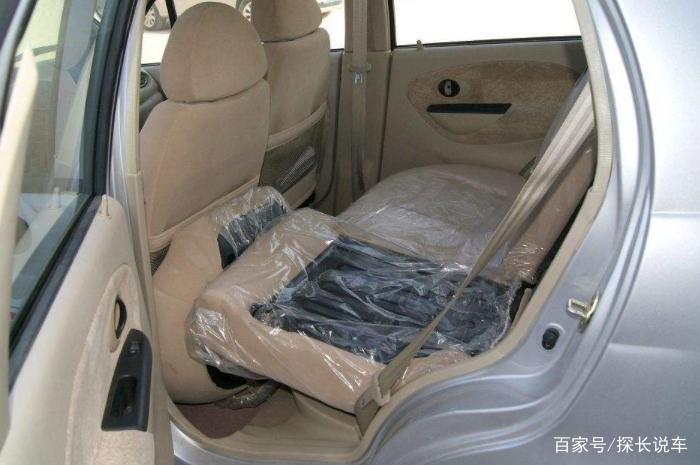坐汽车后排,能放倒座椅后睡觉吗?很多人不懂,因此被罚款扣分
