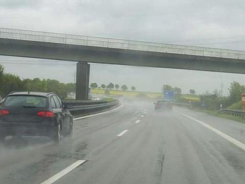 高速遇到大暴雨怎么办,应急车道停车开双闪?交警:这是在找死