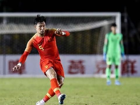 国足客场对阵菲律宾,某国脚低级失误让球迷无语