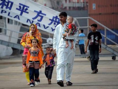 巴基斯坦人到中国游玩,一下飞机就高喊:我们回来了,真开心!