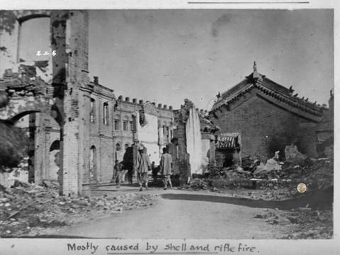 八国联军侵华老照片:无人打理的皇城荒草萋萋,义和团被公开处决