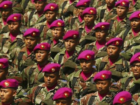 印尼阅兵出现意外,本想凸显军事实力,没曾想被一直升机毁掉