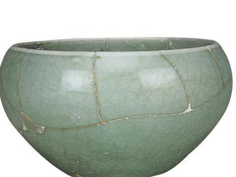 宋代官窑的影响延续到明朝,宣德御瓷局制造大批仿汝窑瓷器