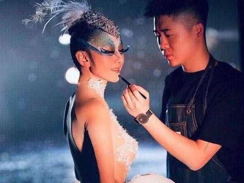 杨丽萍孔雀舞接班人照片流出,身材比师傅还好,手指甲比还要好