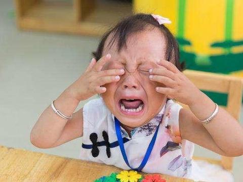 """4岁男孩被幼园""""劝退"""",原因和他说的话有关,老师:我也很为难"""