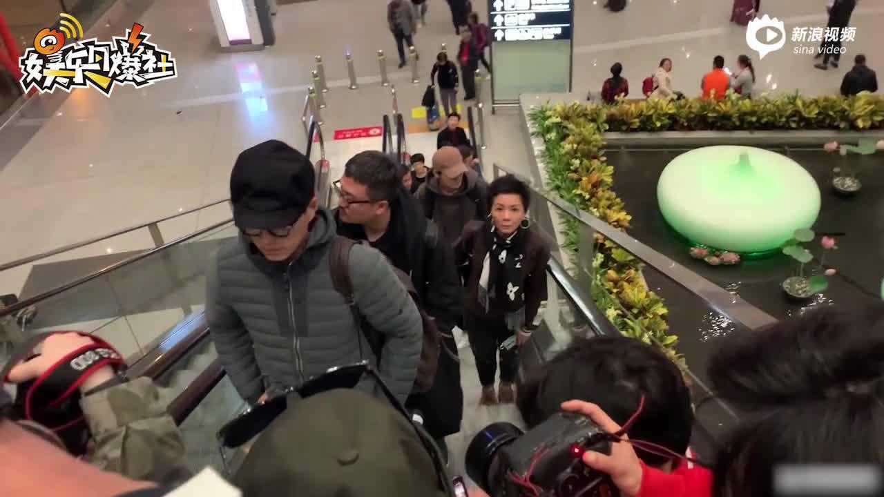 羽絨型男上線! 靳東機場穿羽絨服獲眾直播客圍堵