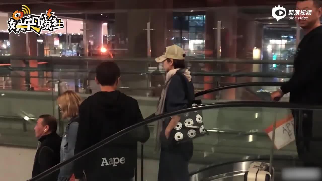 """馬伊琍機場捂臉疾行  與鏡頭大玩""""躲貓貓"""""""