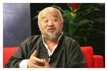 64岁李琦近照,因病衰老似80岁老翁,豪车豪宅却骑三轮去买菜