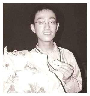 他受杨振宁赏识,被推荐去麻省理工读书,本硕博学成后毅然回国