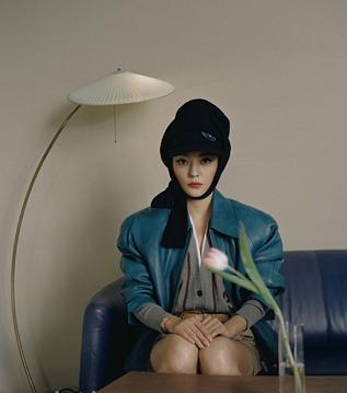 林志玲穿西装短裙参加活动,时尚感健在,只是年迈的膝盖说不了谎