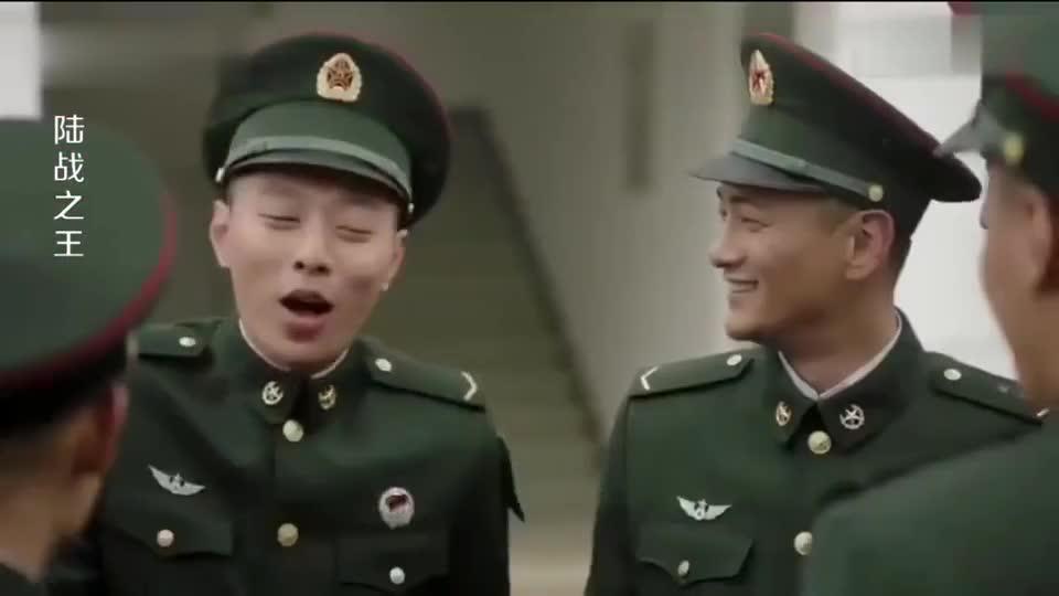 陆战之王:班长平时霸气,毕业照竟对镜头比心,被学员看得害羞了