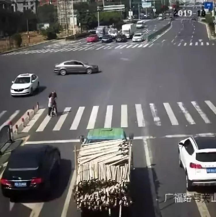 """大街上,车流突然为他们""""静止""""!原因让人肃然起敬(视频)"""