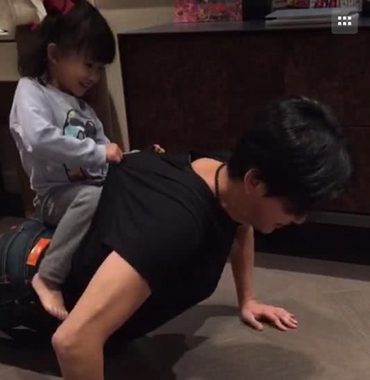 """参观陈晓东生活中的家,在家化身为好爸爸,给女儿做个""""游乐园"""""""