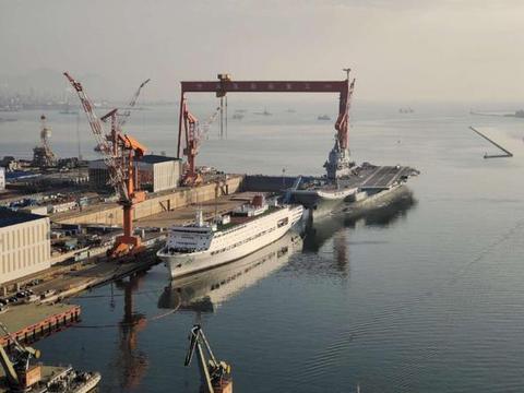今天清晨,国产航母在拖船引导下,再次动身离港,展开新一轮海试