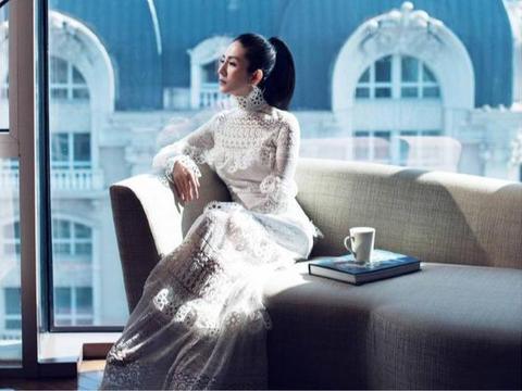 杨采妮高调拍时尚大片,白色蕾丝连衣裙显身材,高马尾美出国际范