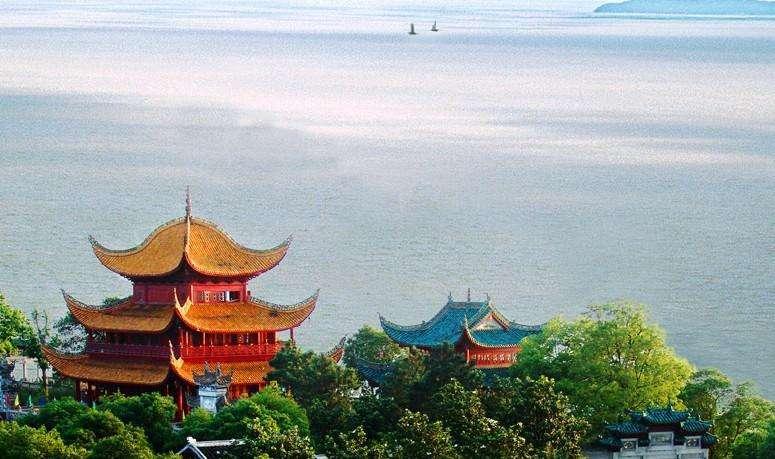 读一首诗杜甫《登岳阳楼》,洞庭湖蔚为壮观,忧愁亦不少减