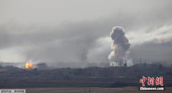 材料图:本地工夫10月12日,从土耳其疆域能够看到,道利亚乡镇推斯埃恩发作爆炸,降起滔滔浓烟。