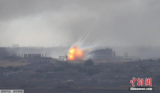 資料圖:當地時間10月12日,從土耳其邊境可以看到,敘利亞城鎮拉斯埃恩發生爆炸,升起滾滾濃煙。