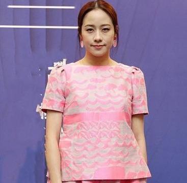 这还是林嘉欣么? 粉色裙穿成臃肿大妈, 网友: 脸咋又变了?