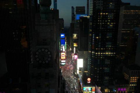 停电使曼哈顿部分地区陷入黑暗 大批乘客被困在电梯中