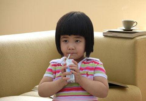 """天天喝""""牛奶""""的7岁女童,2年都没长高,都是牛奶惹的""""祸"""""""