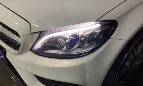 视频:奔驰C级C300L刚提车,体验几何多光束LED大灯,整体效果还不错