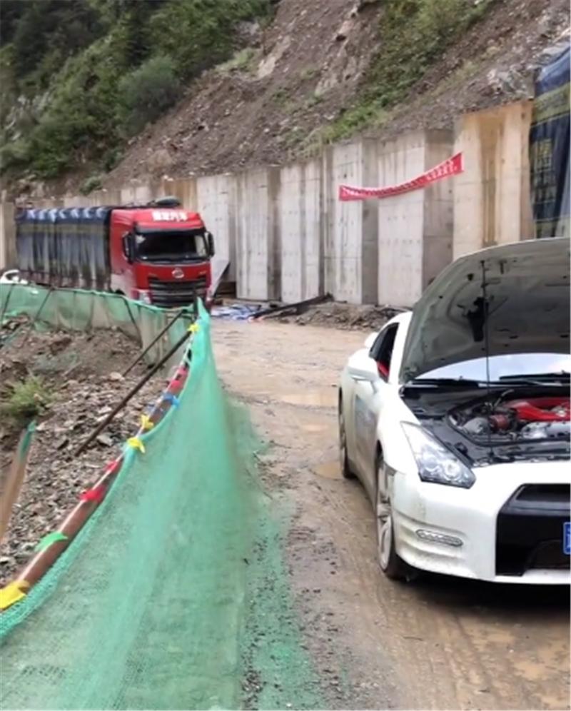 首台GTR现318国道,全车满泥泞,过坑洼路得蹭底盘,车主心很大