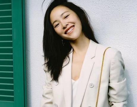 江一燕晒秋日写真,对镜闭眼微笑气质迷人,网友:气质绝了