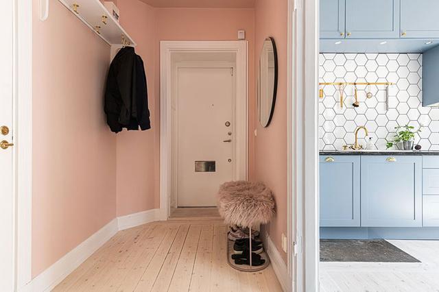 小户型不用打太多的柜子,玄关只要挂衣钩,床尾打一排衣柜够用了