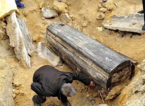 考古专家挖掘800年前古墓,竟被70岁老人阻止:别挖我家祖坟!