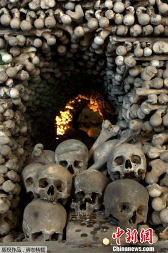 """捷克的塞德莱茨教堂用4万到7万具骨骸堆砌做粉饰,被称为""""人骨教堂""""。"""