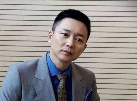因得罪人10年没戏拍,搭档胡歌走红,49岁刘奕君爆红儿子超帅