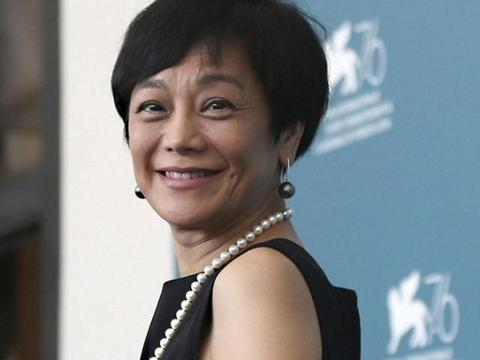 张艾嘉满脸皱纹却优雅如初,网友:60岁该有的样子,值得佩服!