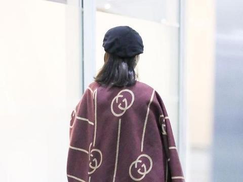 宋祖儿街拍:Gucci枫叶褐披风围巾铅笔裤毛呢贝雷帽精致温柔