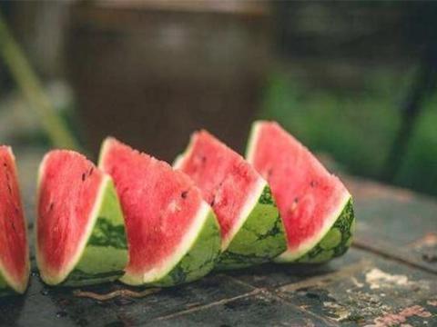 日本女孩到中国旅游,花500买一个西瓜,老板:这么贵的瓜我没有