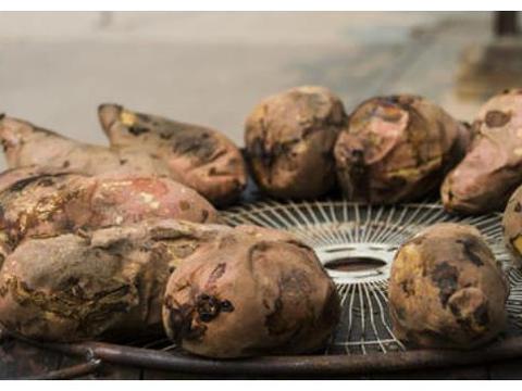想吃烤红薯不用上街买,用电饭煲就可做,不加水又甜又面超好吃!