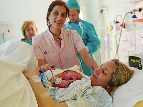 剖腹产宝宝第一口也能吃到母乳,正确开奶、选对哺乳姿势是关键