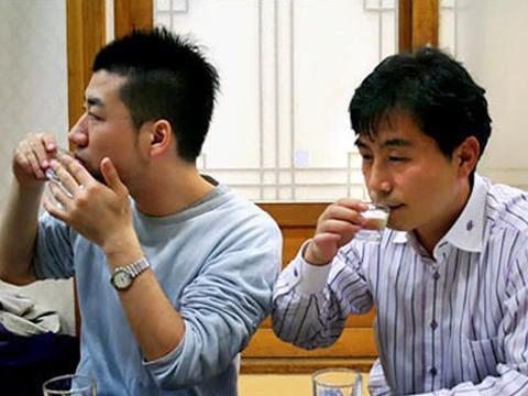 日本人瞧不起中国白酒,一口把56度白酒干了,结果我没忍住笑了